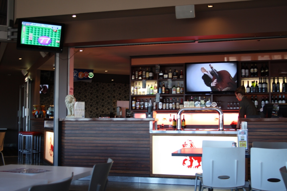 red lion hotel bar image